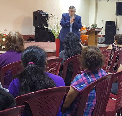 Photo of Jim Kerwin preaching in Spanish