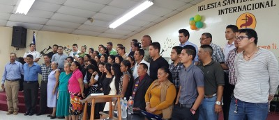 Photo of Honduran pastors and leaders who committed to reading through the Bible.