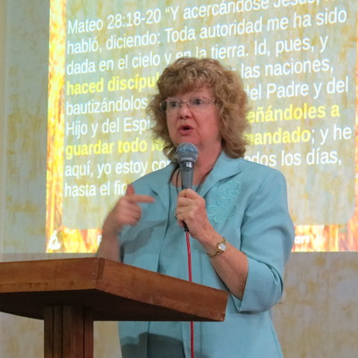 Photo of Denise Halbert Kerwin teaching in Lima, Perú