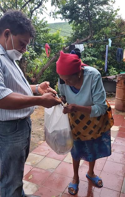 Honduran pastor distribution food