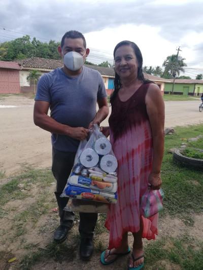 Pastor distributing groceries to a woman in Yoro, Honduras