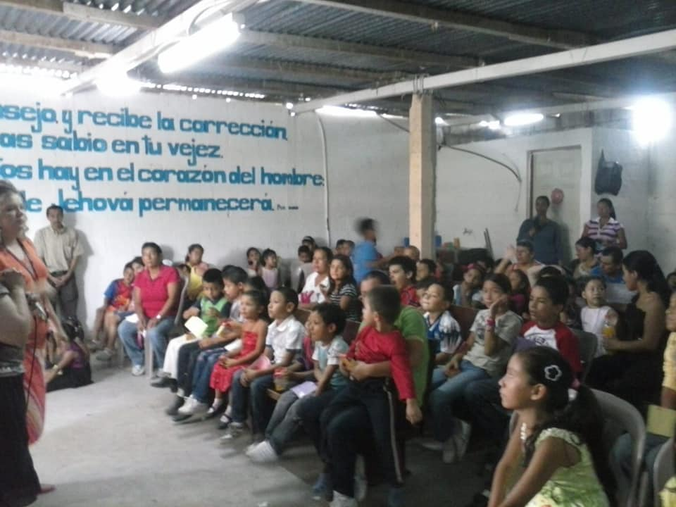 Photo of children meeting in the small, rented space of the Zona 18/San Luis church